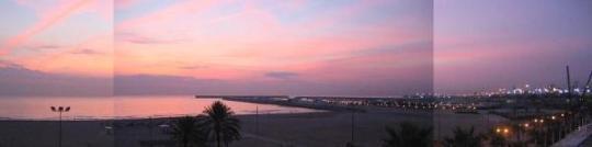 Panorámica nocturna de la playa de las Arenas vista desde el Hostal Restaurante Chicote en Valencia