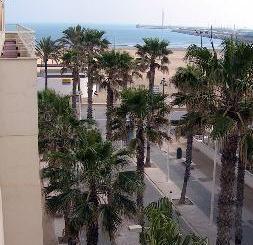 Vista del paseo marítimo, la Playa de Levante y el puerto deportivo